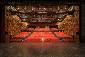 La grande salle de 843 places vue depuis le plateau.
