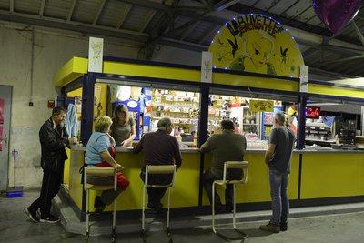La buvette est un lieu de rencontre et de pause pour les commerçants et les habitants.