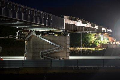 Installation d'une passerelle dédiée aux piétons et aux vélos au-dessus de l'autoroute A5a