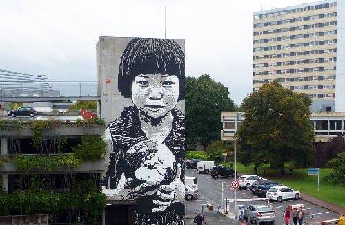 image de couverture de Jef Aérosol, artiste pochoiriste, et figure reconnue du street art, performera à Evry du 11 au 15 juin
