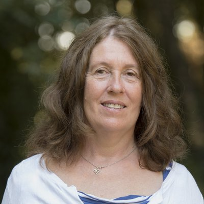 Mme Lisbeth Caux